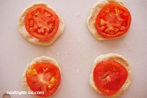 生地に輪切りトマトを乗せた写真
