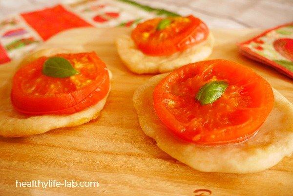 焼きあがったトマトのミニピザの写真