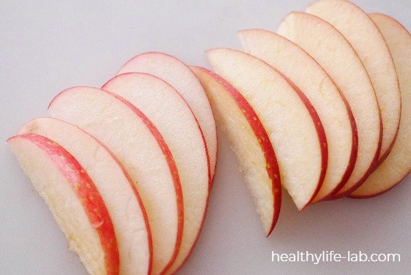 りんごを半月切りにした写真
