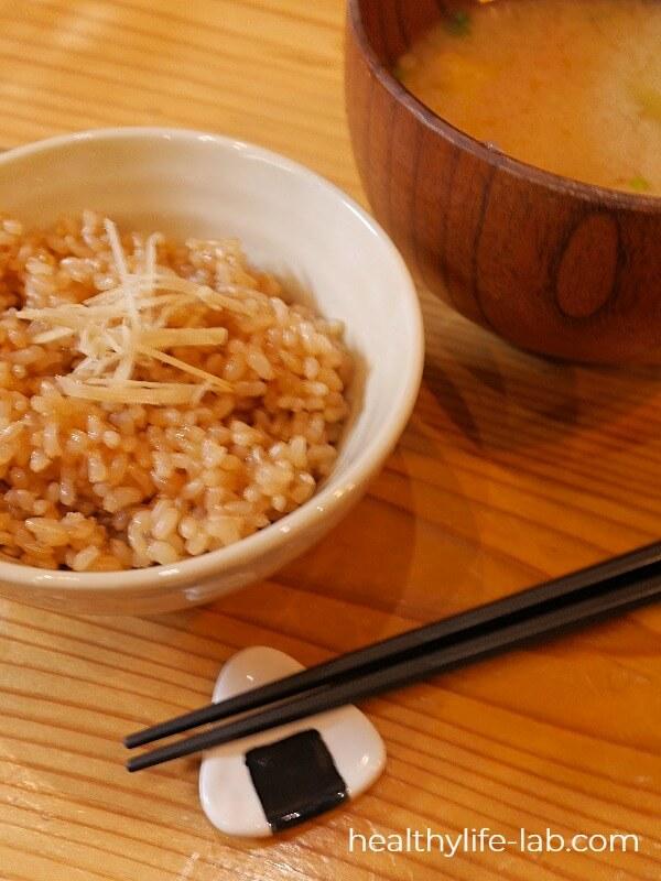 玄米とお味噌汁の写真