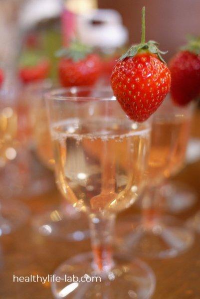 いちごドリンクの写真 グラスにいちごが飾られている