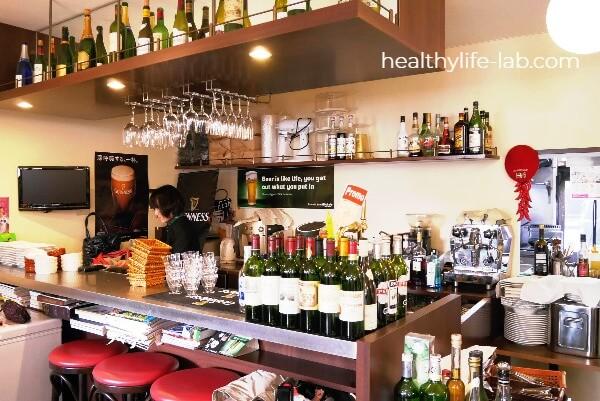 つくば市のフレンチレストラン ル パパ グルウトン(Le Papa Glouton)の内観写真 カウンターにたくさんのワインボトルとグラスがある。