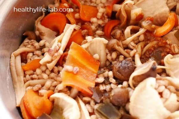 干し野菜ともち麦を煮立てた写真 もち麦がふっくらしています。