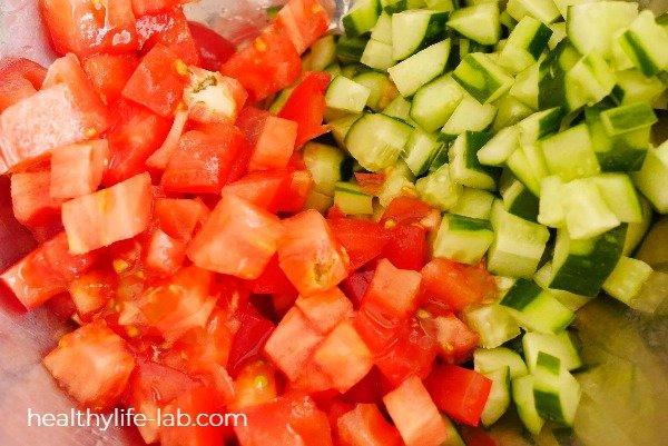 トマトとキュウリをダイスカットした写真