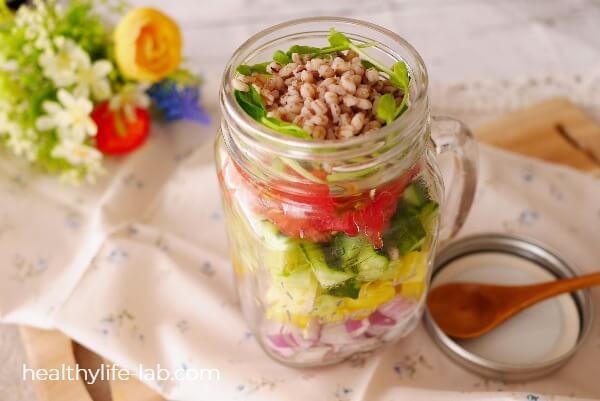 夏野菜とダイシモチ麦のジャーサラダの写真
