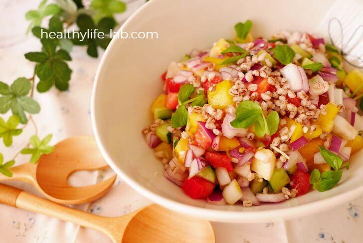 もち麦と夏野菜の彩りサラダの写真